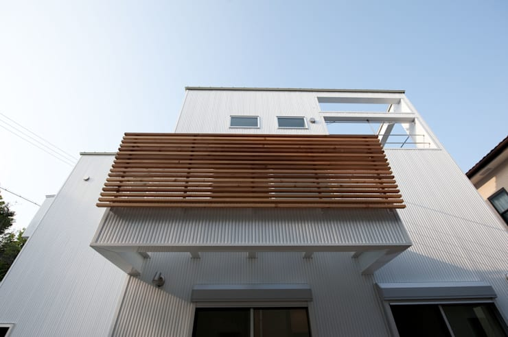 『光あふれる家族スペースの住まい』: m+h建築設計スタジオが手掛けた家です。