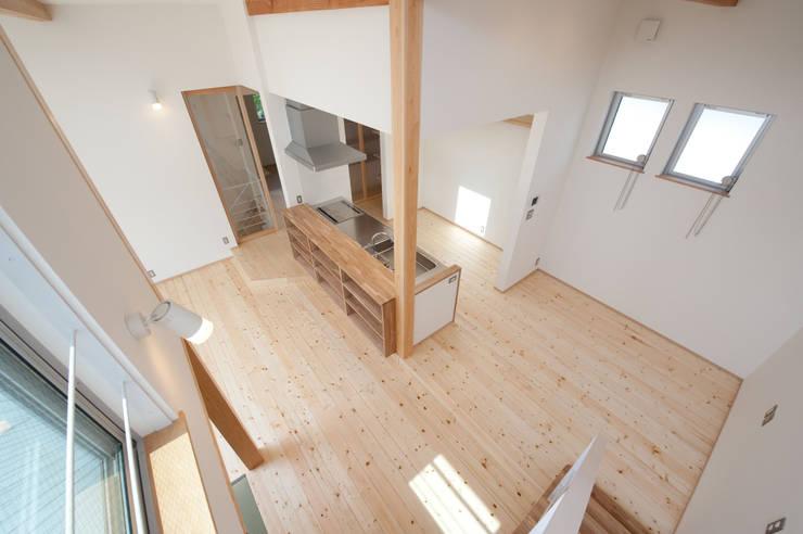 『光あふれる家族スペースの住まい』: m+h建築設計スタジオが手掛けたキッチンです。