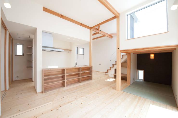 『光あふれる家族スペースの住まい』: m+h建築設計スタジオが手掛けたリビングです。