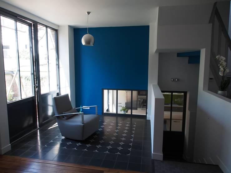 Maison agrandie et rénovée de tous cotés: Salon de style de style Minimaliste par agence MGA architecte DPLG
