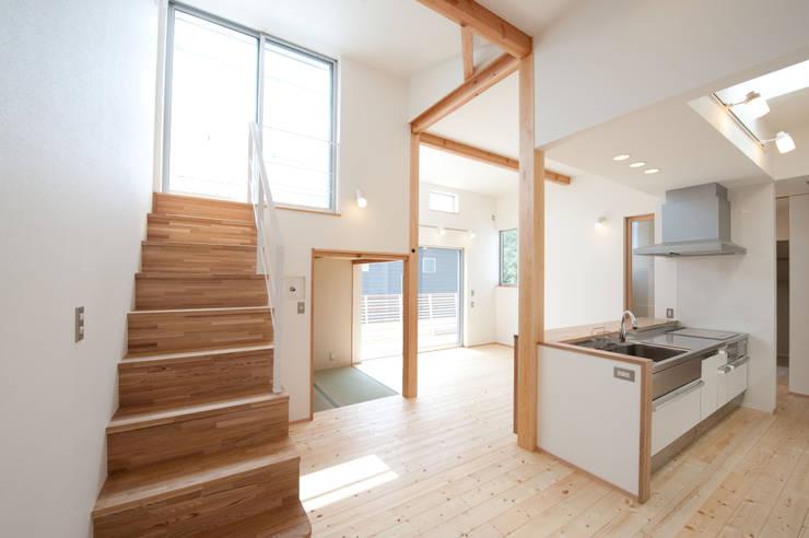 『光あふれる家族スペースの住まい』: m+h建築設計スタジオが手掛けたダイニングです。