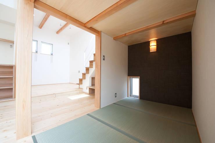 『光あふれる家族スペースの住まい』: m+h建築設計スタジオが手掛けた和室です。