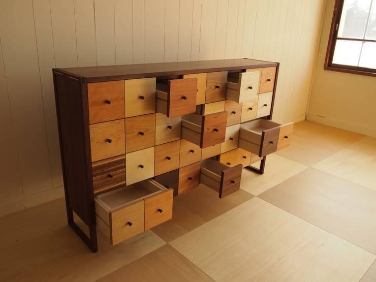 Iro色チェスト: 家具工房旅する木が手掛けたリビングルームです。