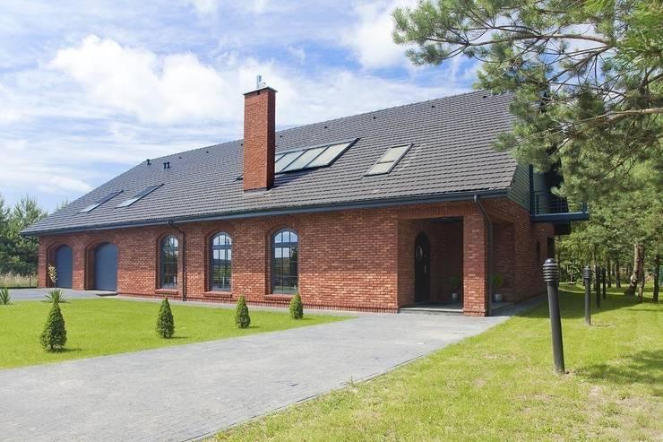 Jak stara fabryka w sercu lasu: styl , w kategorii Domy zaprojektowany przez RAJEK Projektowanie Wnętrz