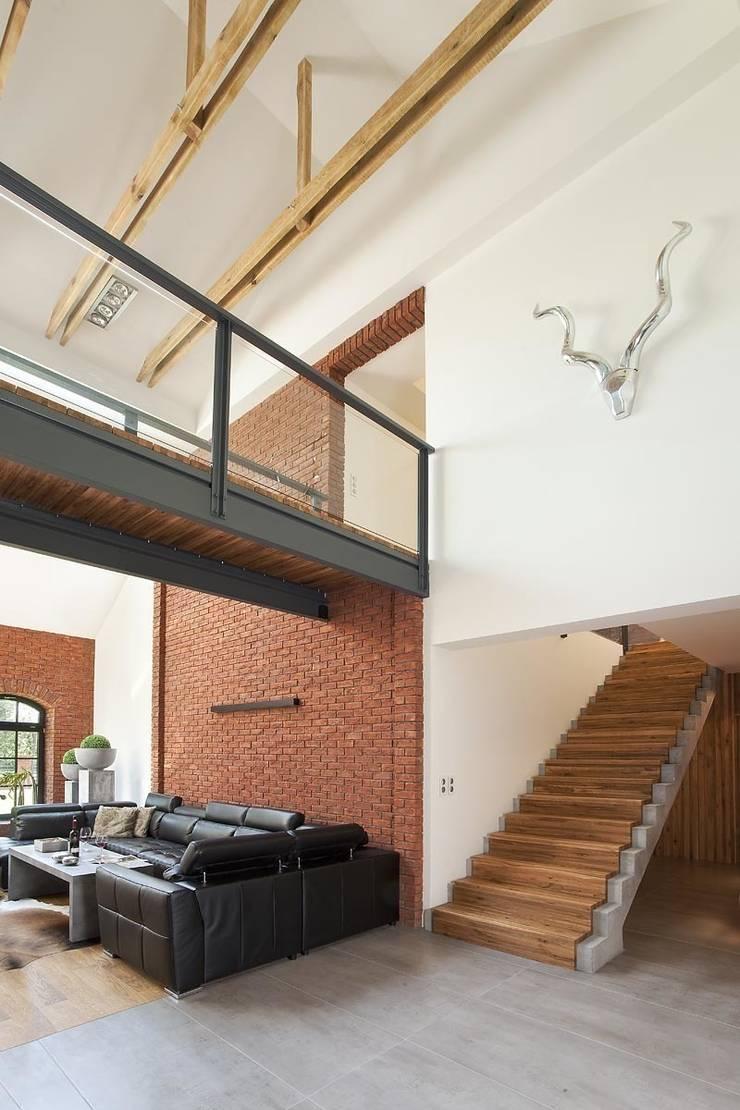 Jak stara fabryka w sercu lasu: styl , w kategorii Salon zaprojektowany przez RAJEK Projektowanie Wnętrz
