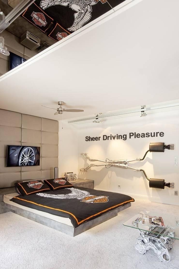 Jak stara fabryka w sercu lasu: styl , w kategorii Pokój multimedialny zaprojektowany przez RAJEK Projektowanie Wnętrz