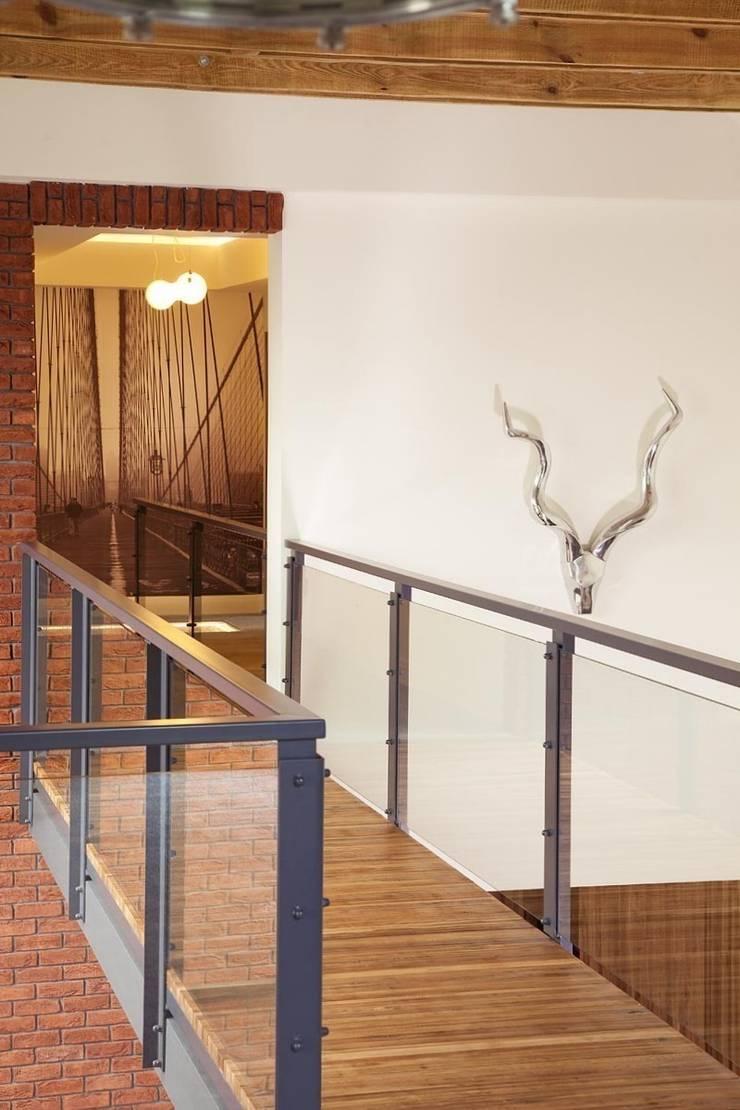 Jak stara fabryka w sercu lasu: styl , w kategorii Korytarz, przedpokój zaprojektowany przez RAJEK Projektowanie Wnętrz