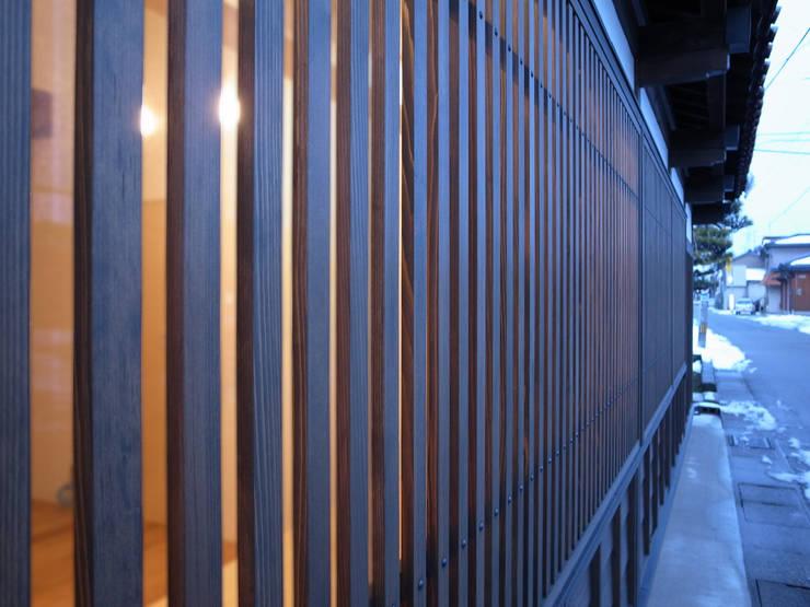 Wooden bars at the Window: ワダスタジオ一級建築士事務所 / Wada studioが手掛けた窓です。