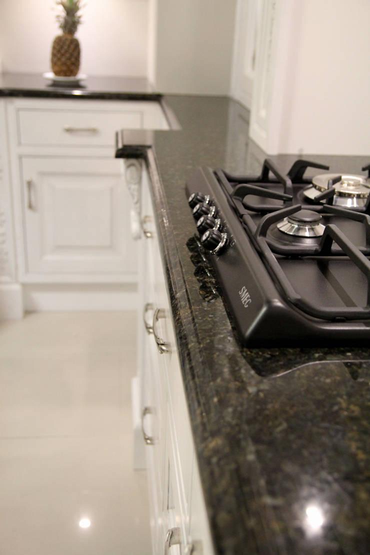 Verde Ubatuba - blat kuchenny z granitu naturalnego: styl , w kategorii Kuchnia zaprojektowany przez GRANMAR Borowa Góra - granit, marmur, konglomerat kwarcowy