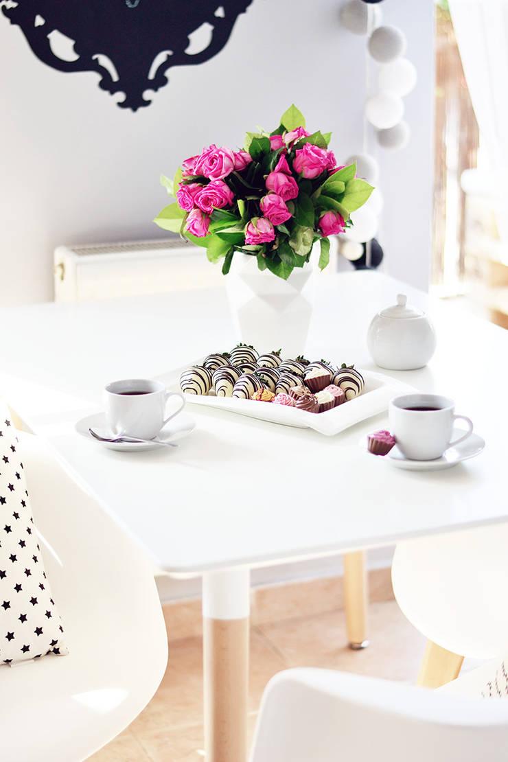 Pomysł na niewielką jadalnię: styl , w kategorii Jadalnia zaprojektowany przez Le Pukka Concept Store