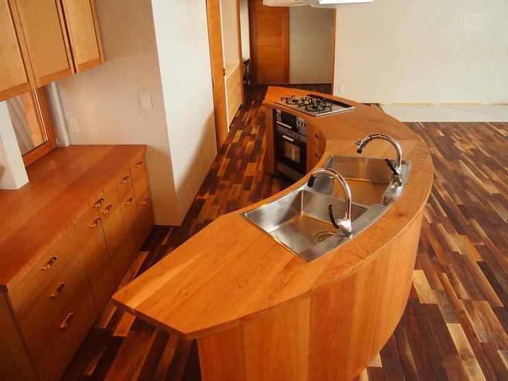 扇形の木のキッチン: 家具工房旅する木が手掛けたキッチンです。