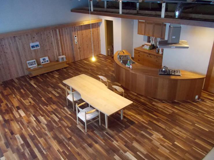 元ホールがリビングに: 家具工房旅する木が手掛けたリビングルームです。