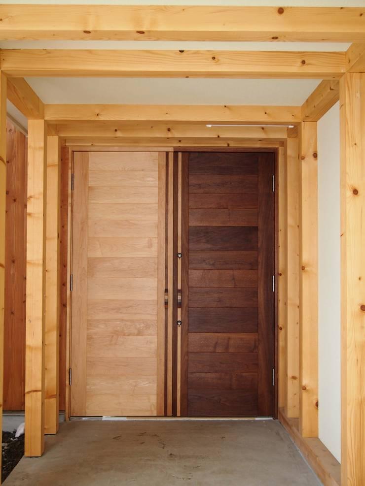 ついつい遊んじゃった、玄関ドアー: 家具工房旅する木が手掛けた窓&ドアです。