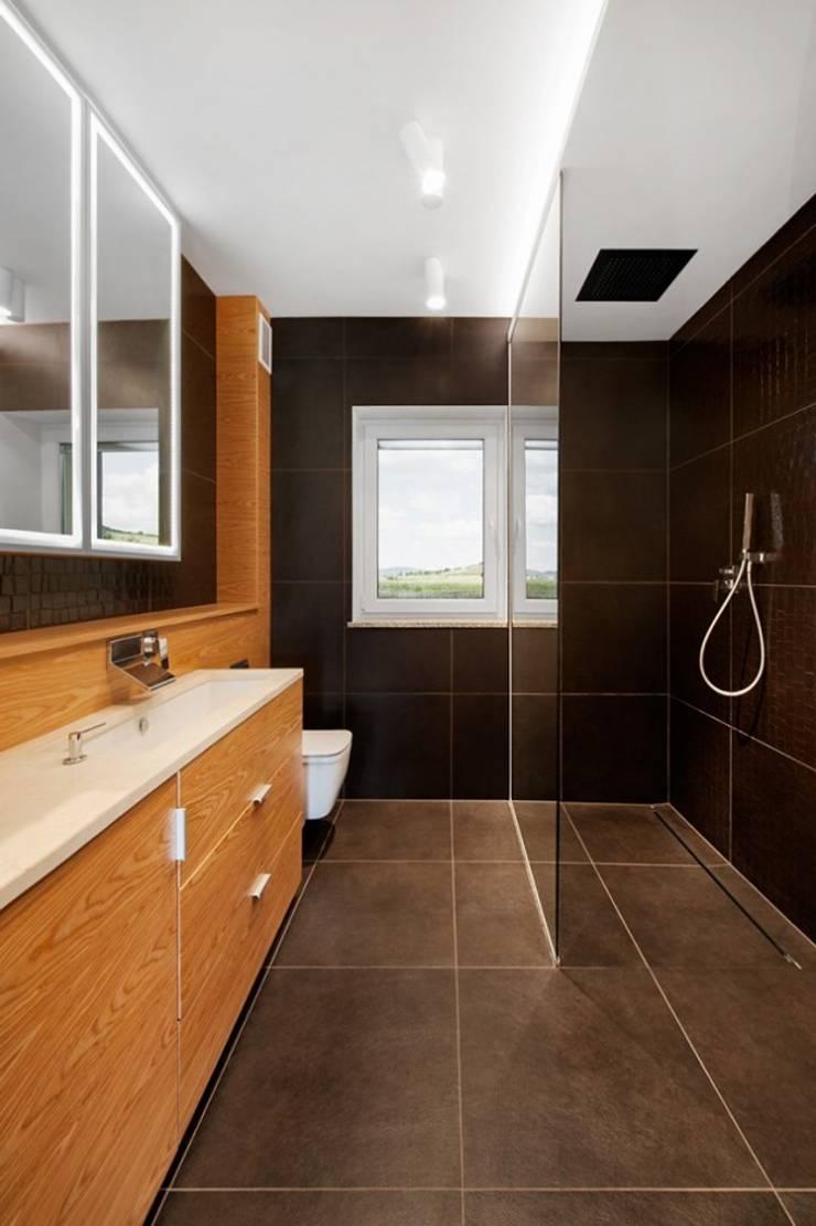 Salle de bain moderne par Finchstudio Moderne