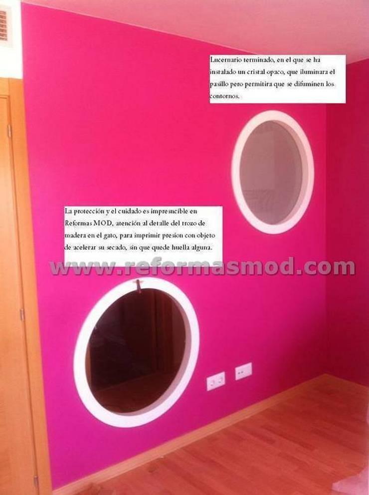 Un salón con lucernario muy personal.:  de estilo  de METODO ORIGINAL DECOR (Reformas MOD)