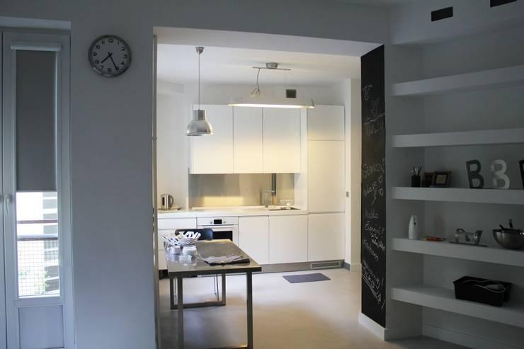 Kuchni na wymiar biała: styl , w kategorii  zaprojektowany przez Szafawawa,Minimalistyczny
