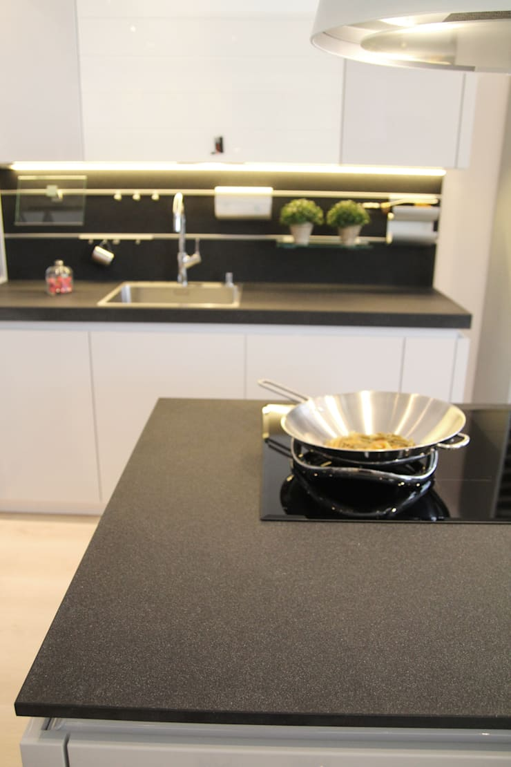 Nero - konglomerat kwarcowy w obróbce antykowanej - GRANMAR Sp. z o. o. : styl , w kategorii Kuchnia zaprojektowany przez GRANMAR Borowa Góra - granit, marmur, konglomerat kwarcowy