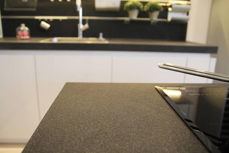 Konglomerat kwarcowy antykowany Nero - GRANMAR Sp. z o. o. : styl , w kategorii Kuchnia zaprojektowany przez GRANMAR Borowa Góra - granit, marmur, konglomerat kwarcowy