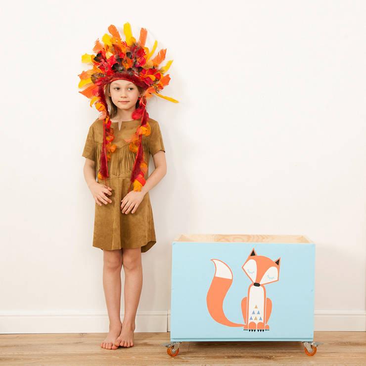 """Drewniana skrzynia na zabawki """"Lekko śpiący lis"""": styl , w kategorii Pokój dziecięcy zaprojektowany przez NOBOBOBO"""
