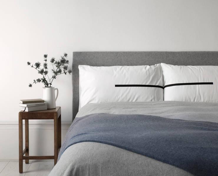 Camera da letto in stile in stile Minimalista di Above and Beyond