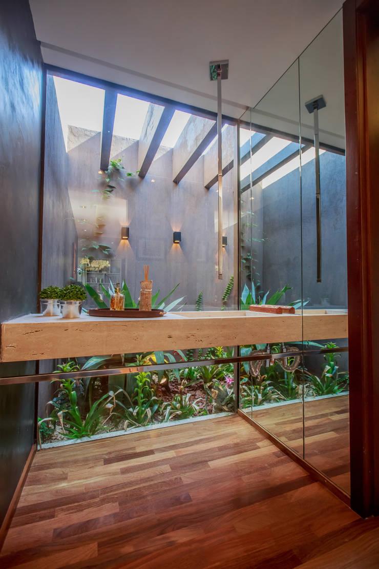 Lavabo: Banheiros modernos por WTstudio