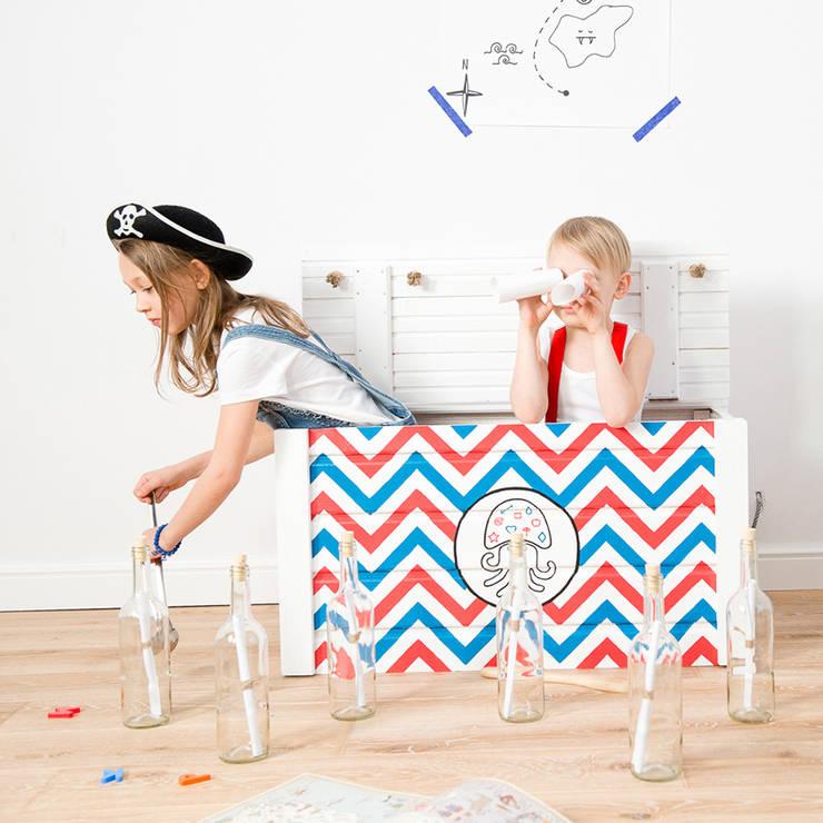 """Drewniana skrzynia na zabawki z klapą """"Kufer Kapitana Brodacza"""": styl , w kategorii Pokój dziecięcy zaprojektowany przez NOBOBOBO"""