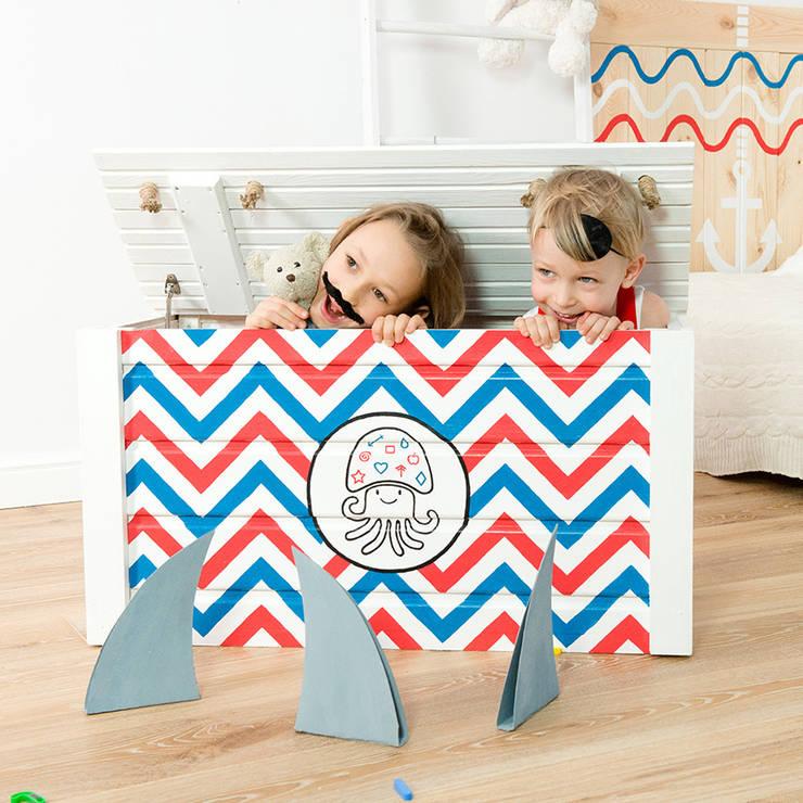Drewniana skrzynia na zabawki z klapą <q>Kufer Kapitana Brodacza</q>: styl , w kategorii Pokój dziecięcy zaprojektowany przez NOBOBOBO