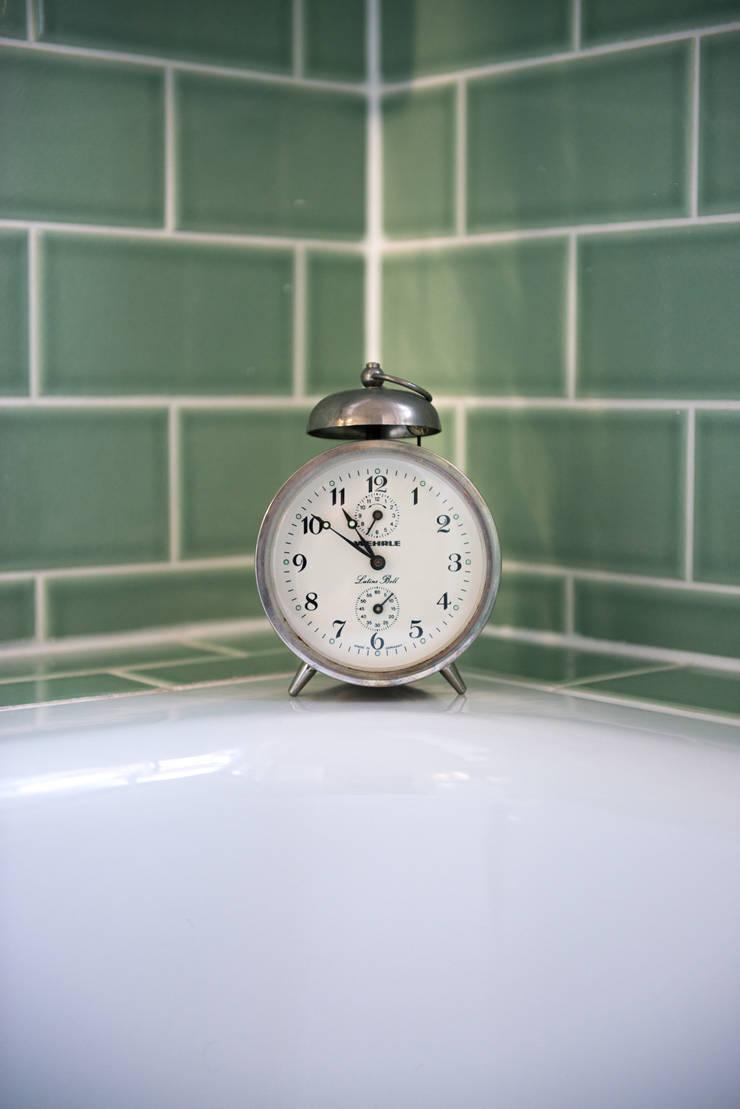 Built-in  bathtub :  Bathroom by Blue Cottini
