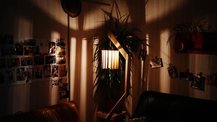 Lampadaire original en bois de palettes recyclées: Salon de style  par creationsecopalettes