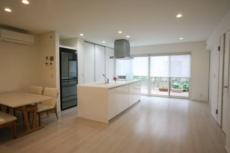 キッチン (ダイニング リビング): 吉田設計+アトリエアジュールが手掛けたキッチンです。,