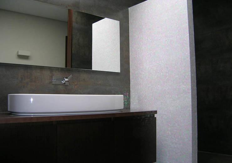 vivienda_unifamiliar_puçol_foto_interior_2: Baños de estilo  de aguilar avila studio