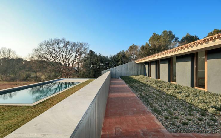 Casa S1: Jardines de invierno de estilo  de bellafilarquitectes