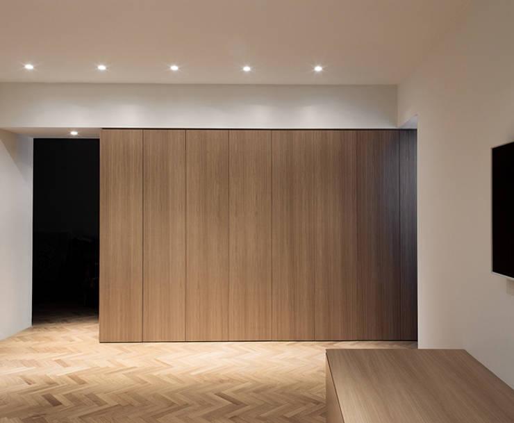 Casa RC: Soggiorno in stile in stile Minimalista di (dp)ªSTUDIO