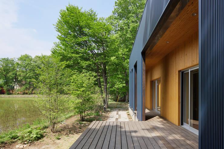 那須の別荘: 久保田章敬建築研究所が手掛けたテラス・ベランダです。