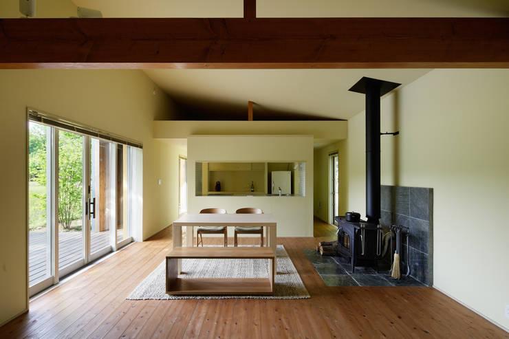那須の別荘: 久保田章敬建築研究所が手掛けたリビングです。