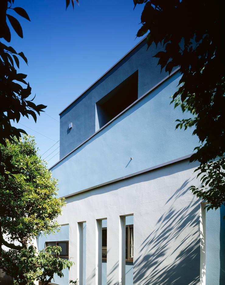 外観 三重の壁: 久保田章敬建築研究所が手掛けた家です。,モダン