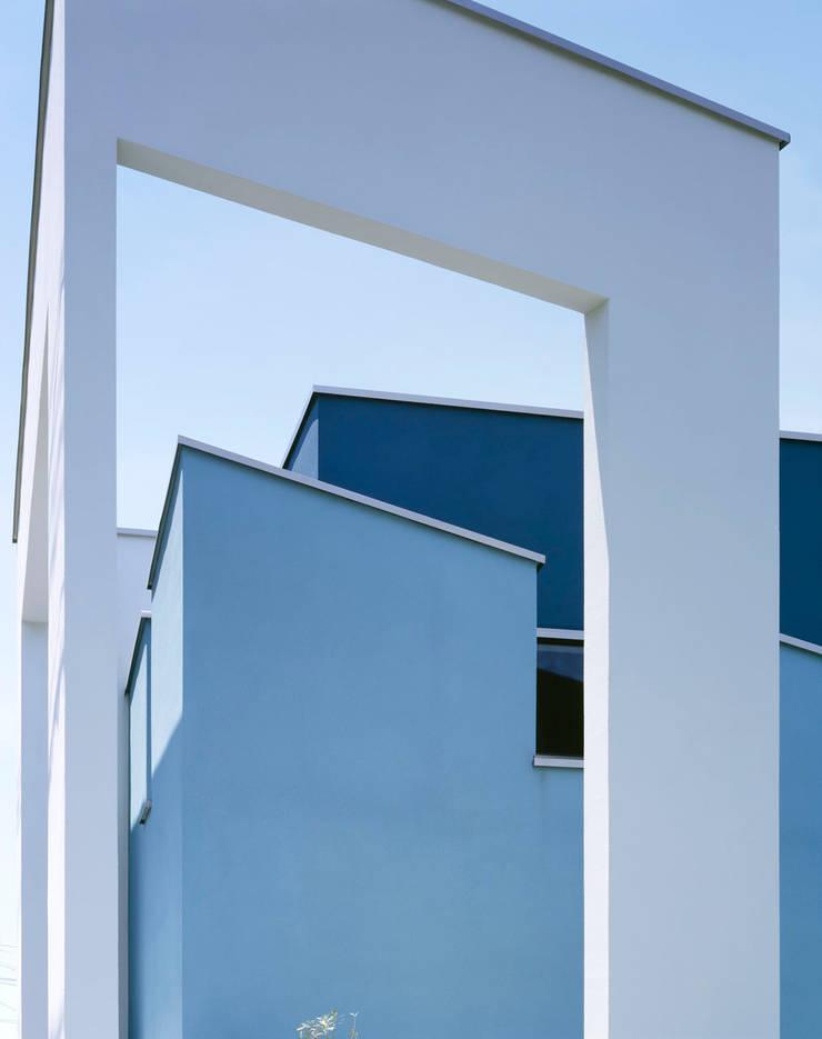 外観 壁の風景: 久保田章敬建築研究所が手掛けた家です。,モダン