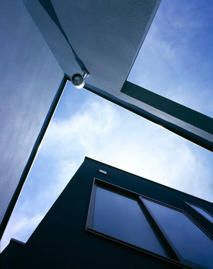 壁の間から見る空: 久保田章敬建築研究所が手掛けた家です。,モダン