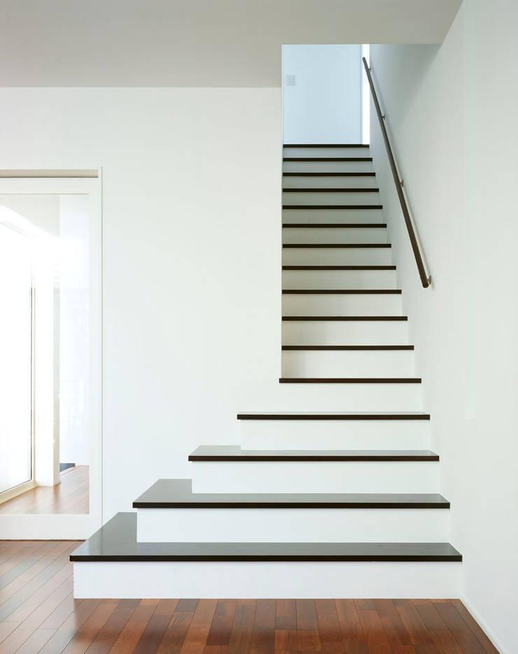 階段: 久保田章敬建築研究所が手掛けた廊下 & 玄関です。,モダン