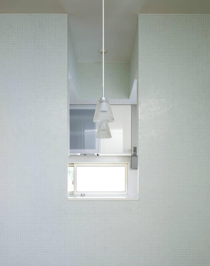 ダイニングからキッチンを見る壁面開口: 久保田章敬建築研究所が手掛けたキッチンです。,モダン