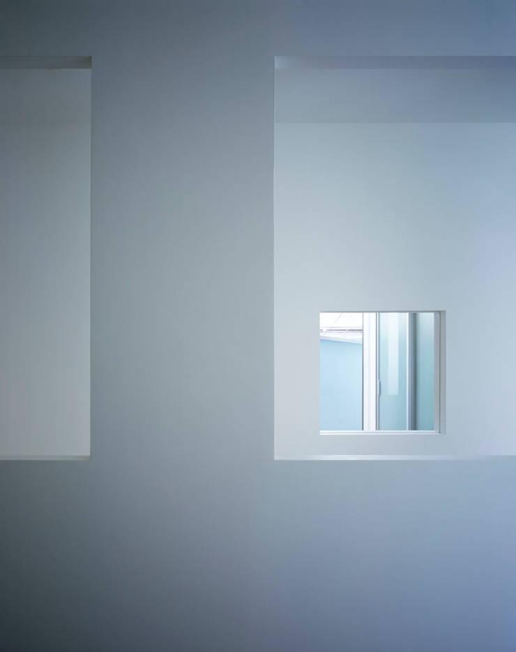 廊下から見る子供部屋とテラスの壁面開口: 久保田章敬建築研究所が手掛けた子供部屋です。,モダン