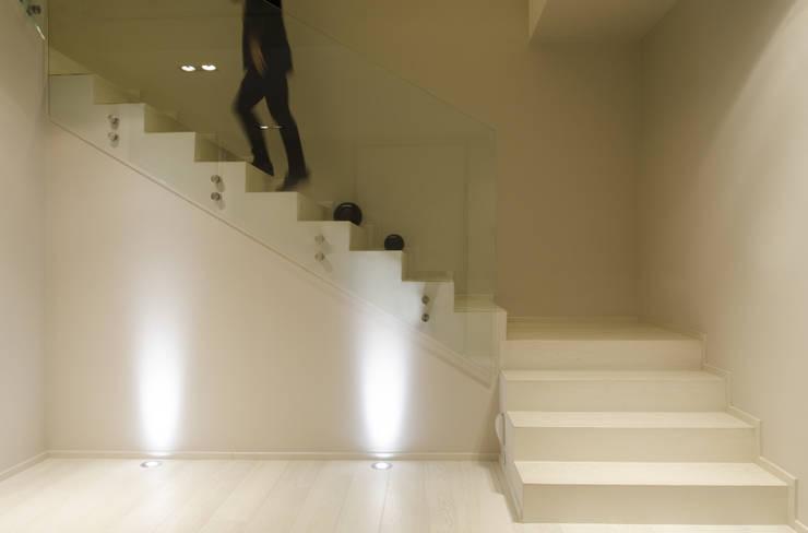 spazio: Ingresso & Corridoio in stile  di luogo comune