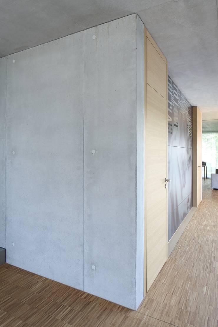 Couloir et hall d'entrée de style  par Schenker Salvi Weber,