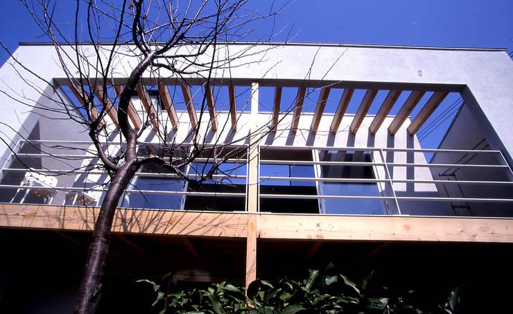 パーゴラのあるテラス: 久保田章敬建築研究所が手掛けたテラス・ベランダです。