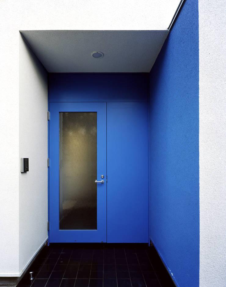 エントランス: 久保田章敬建築研究所が手掛けた家です。