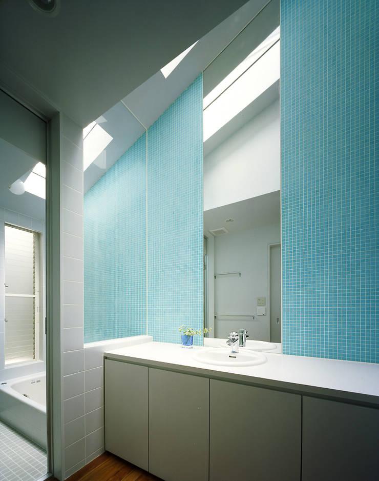 トップライトのある洗面・浴室: 久保田章敬建築研究所が手掛けた浴室です。