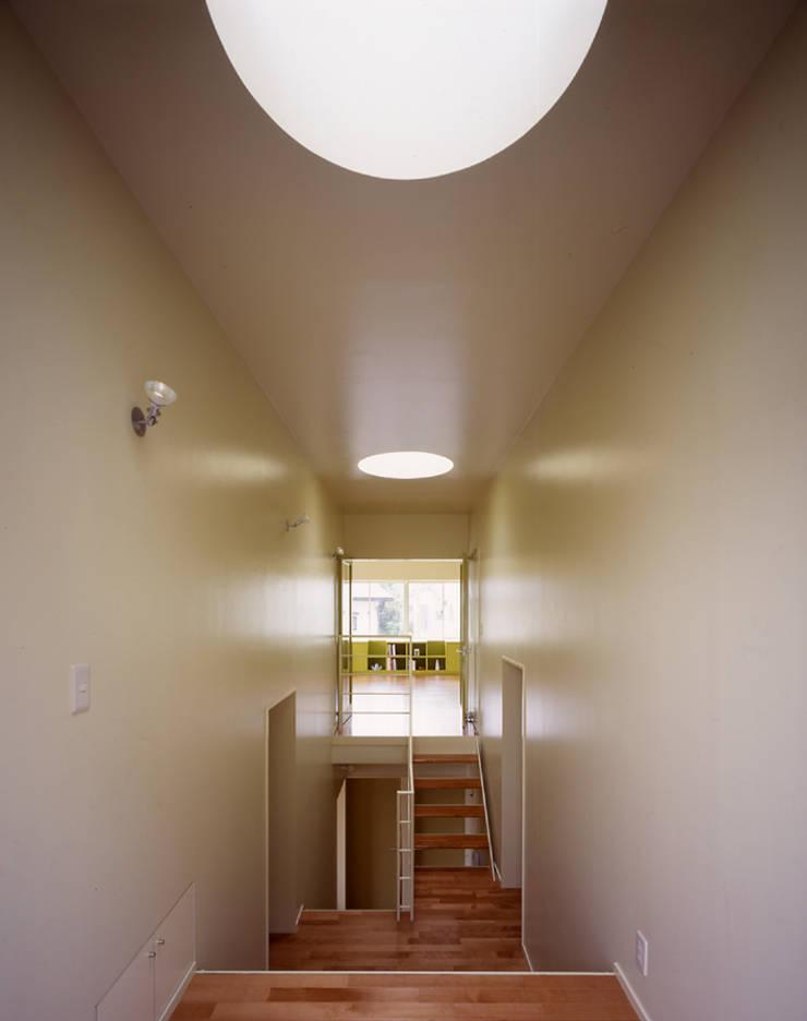 段々テラスの家: 久保田章敬建築研究所が手掛けた廊下 & 玄関です。