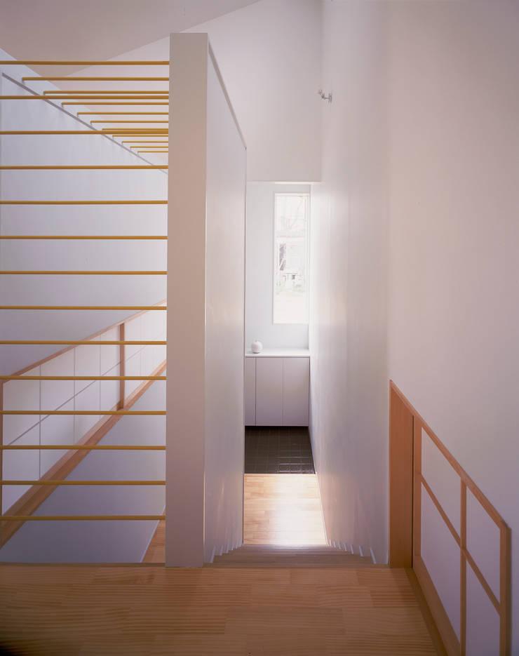 リビングフロアから見た玄関: 久保田章敬建築研究所が手掛けた廊下 & 玄関です。