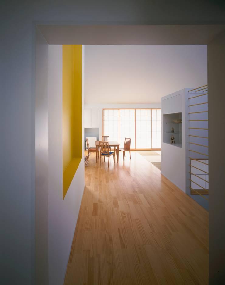 リビングルーム: 久保田章敬建築研究所が手掛けたリビングです。