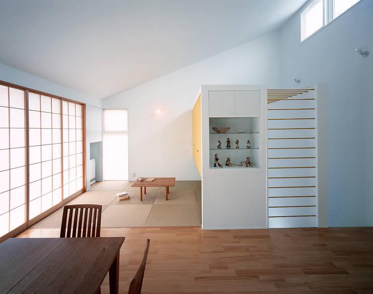ダイニングから見た畳の間: 久保田章敬建築研究所が手掛けたリビングです。